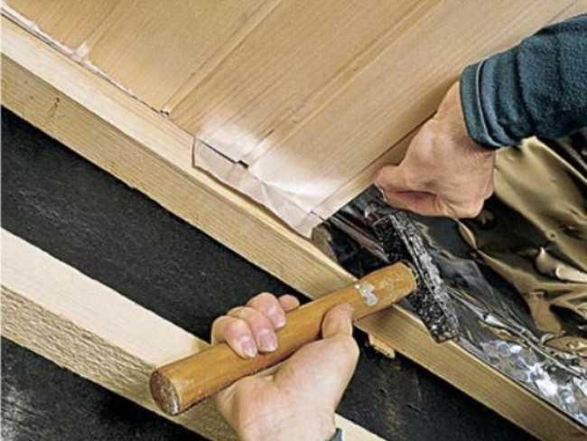 Процесс облицовки потолка вагонкой