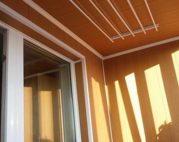 Одним из наиболее экономичных и несложных вариантов обшивки балкона является обшивка стен панелями МДФ (Medium Density Fiberboard).