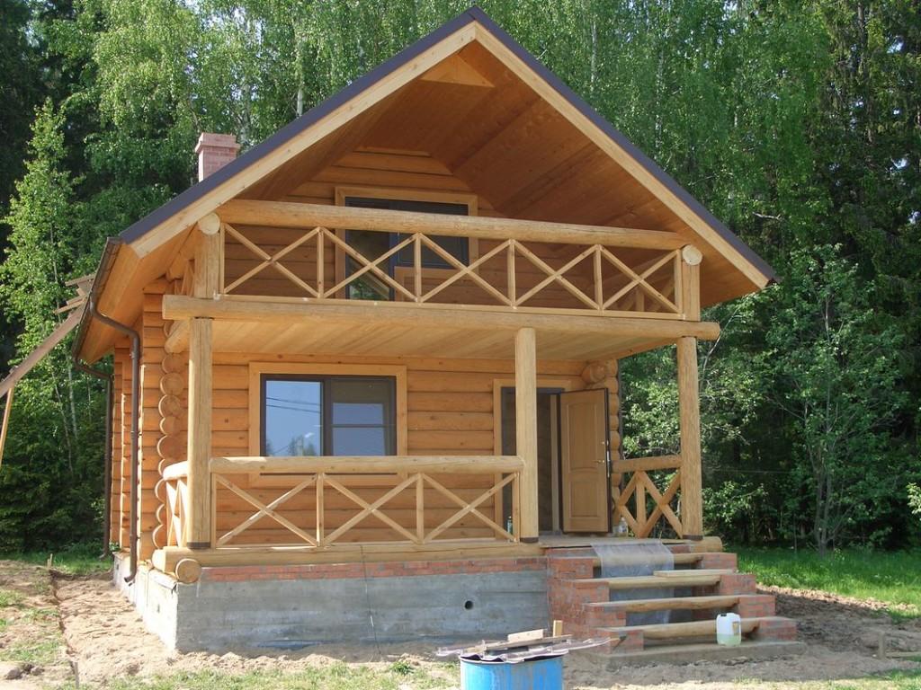 Балкон как украшение деревянного частного дома