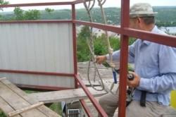 Процесс обшивки балкона профнастилом