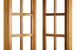 При производстве деревянных окон используют не массив дерева, а клееный брус. Такая отделка помогает увеличить долговечность деревянных рам.
