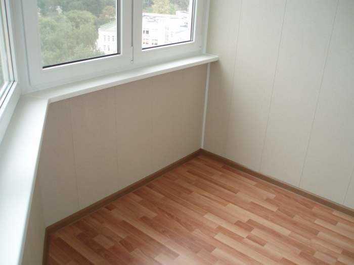 Линолеум является наиболее дешевым и стандартным вариантом оформления пола балкона или лоджии.