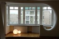 Чтобы объединить комнату с лоджией или балконом, надо демонтировать старые окна и перегородки между ними. Однако полная ликвидация  фасадной стены именно из железобетонных панелей запрещена.