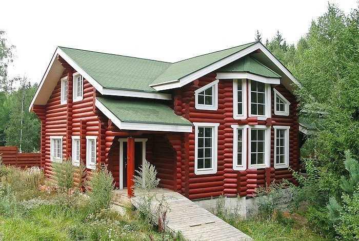 Деревянный дом со вставленными окнами