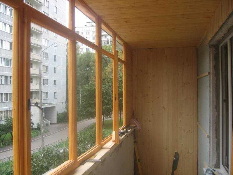 Чем покрасить деревянные рамы на балконе.