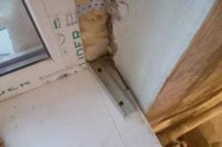 ставим угольник на край оконной рамы по подоконнику, проводим линию карандашом, далее от этой линии по краю откоса отступаем 1.5 – 2 сантиметра, и проводим линию, такую же разметку делаем вверху окна по старому откосу.