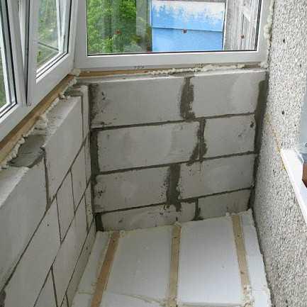 Кладка из пеноблока получается более легкая, что значительно снижает нагрузку на нижнее  перекрытие балкона.