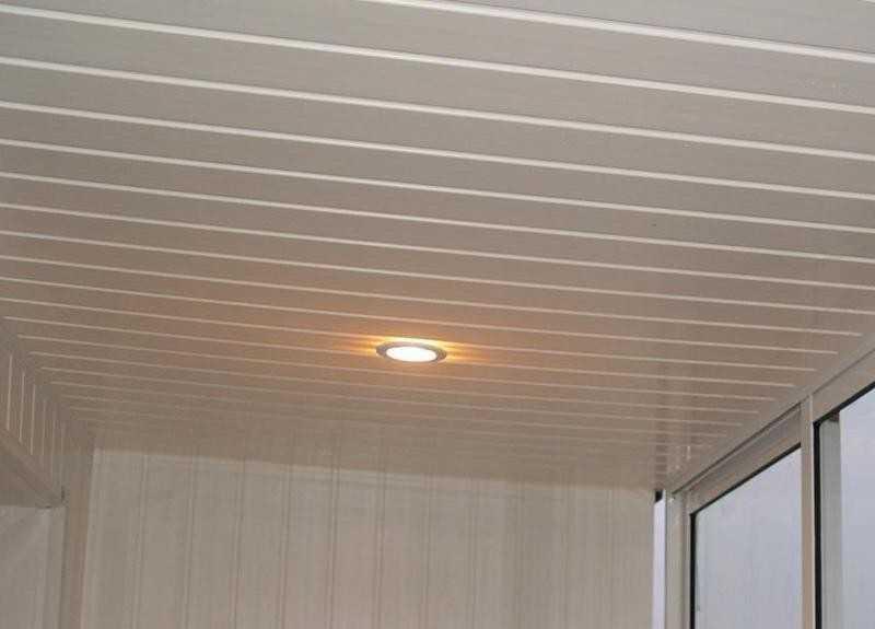 Потолок, обшитый пластиковыми панелями