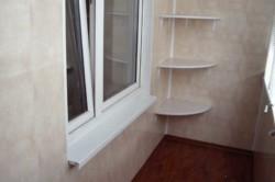 Угловые полки можно делать лишь на том балконе, где стены выровнены.