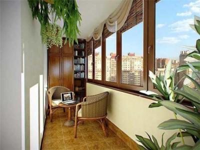Балкон с деревянными рамами на окнах