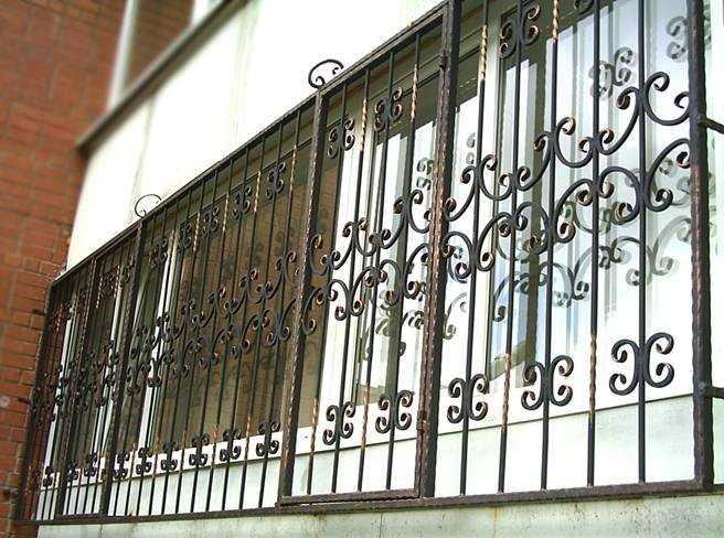 Решетка на окне балкона