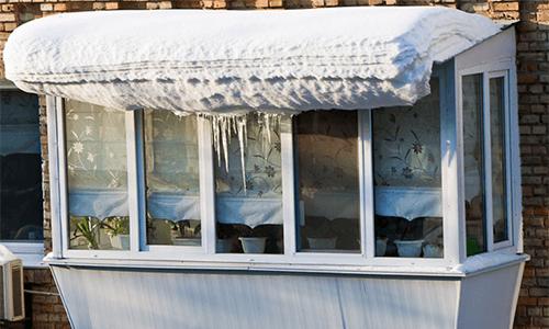 Балкон со снегом на крыше