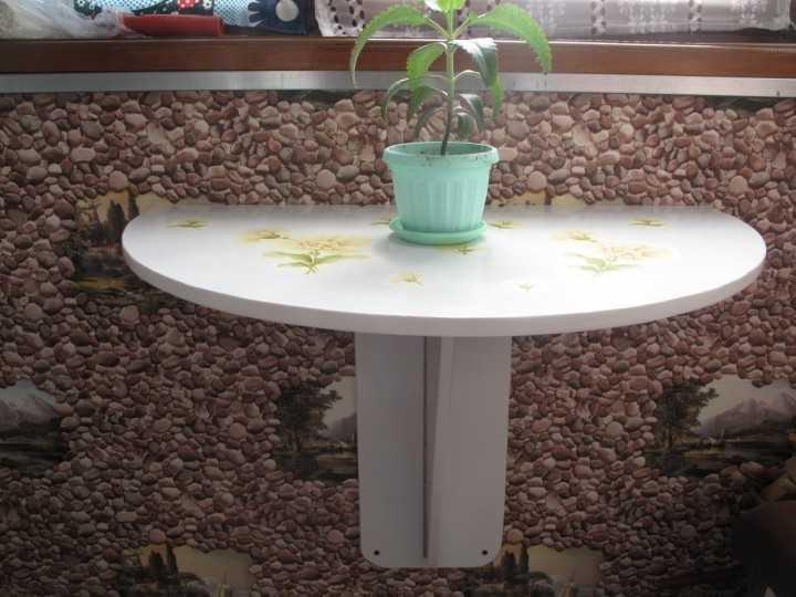 Складной столик на балконе