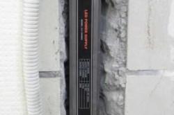 Электрический кабель прокладывается через подготовленное отверстие и закрепляется на стене, граничащей с теплым помещением. Все части кабеля, которые в дальнейшем будут скрыты, укладываются в гофрированную трубу.