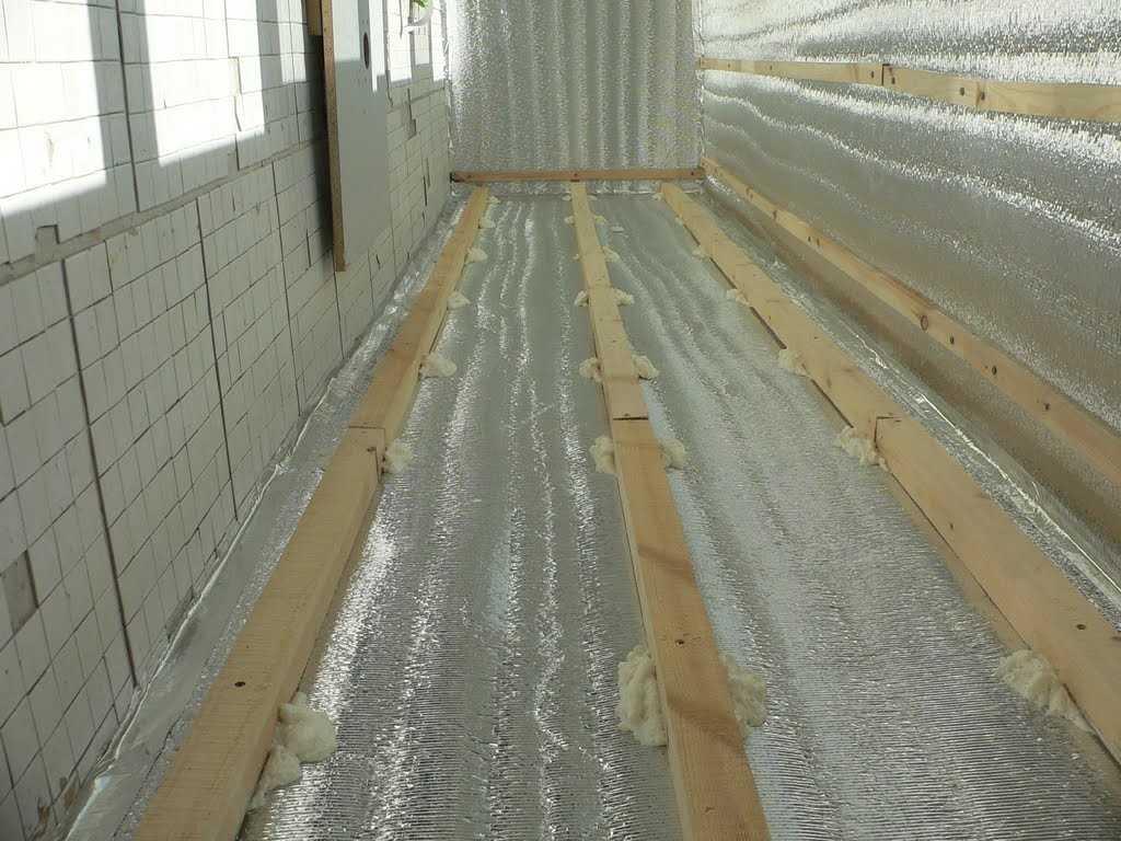 Утепление балконов, как правило, является необходимостью, потому что климат может быть довольно таки суровым. Именно через пространство балкона в помещение поступает существенная часть холодного воздуха.