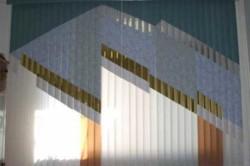 Горизонтальные жалюзи по типу крепления можно поделить тоже на два вида: те, которые крепятся поверх окна, и те, которые можно установить на каждую створку.