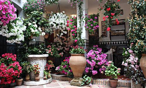 Цветочные кашпо для модного балкона