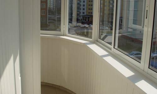 Чтобы лоджия стала частью комнаты, ей необходимо придать свойства жилого помещения, превратив ее из подсобной площади в более функциональную.