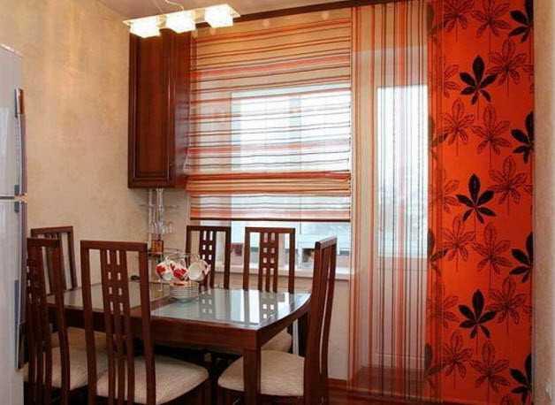 Комбинация двух разных моделей может стать лучшим вариантом штор для кухни с балконом.