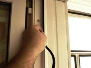 Изношенный или повреждённый уплотнитель - распространённая причина неполадок с пластиковой балконной дверью.