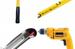 Инструменты для монтажа двери.