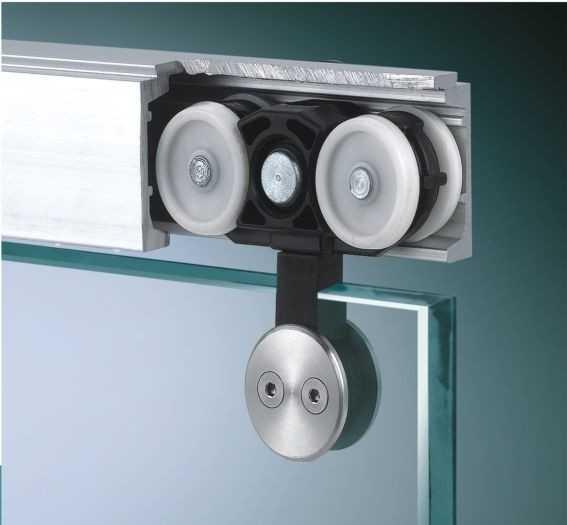 Для стеклянных раздвижных дверей можно выбрать бескаркасную систему крепления, которая подходит для 10-12мм стекла и способна выдержать до 100 кг нагрузки. Такие конструкции выглядят прозрачно и невесомо.