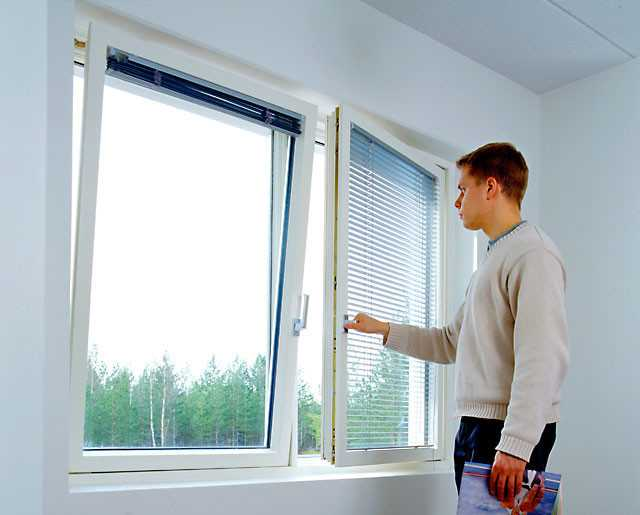 Чтобы окно хорошо осуществляло тепло- и шумоизоляцию помещения, - необходимо периодически проводить регулировку оконной фурнитуры