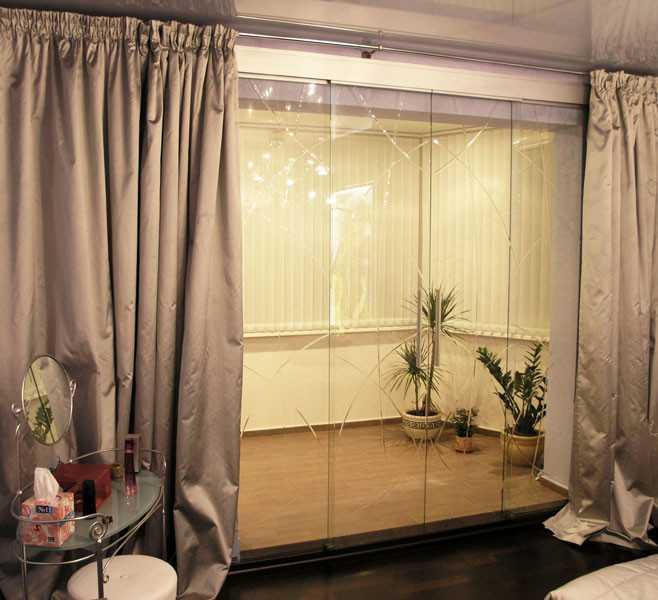 Раздвижные двери на лоджию экономят пространство комнаты при их открывании.
