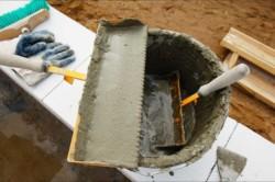 Наностите слой цемента на монтажную пену, чтобы ликвидировать возможные микроотверстия.