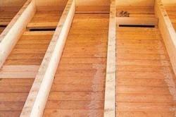 Однослойные деревянные полы могут быть и на лагах, и без них – это будет зависеть от толщины досок и межбалочного шага. Если полы на лагах, то доски можно настилать прямо на сами балки при условии, что межбалочное расстояние составляет не больше 0,6 м.