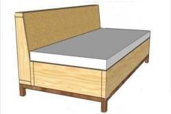 Деревянный диван с матрасом