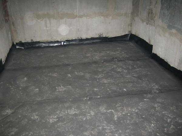 Битумно-полимерная мастика для гидроизоляции балкона.