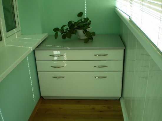 Мебель выполненная своими руками, даже с учетом затрат на материал, получается гораздо дешевле чем готовая.