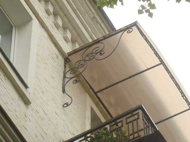 Козырек над балконом.