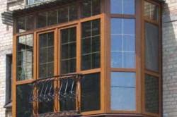 """Новый балкон во французском стиле выглядит гораздо лучше обычного """"советского"""" балкона. Художественная ковка и металлопластковые окна отлично дополняют друг друга."""