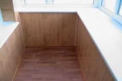 Для обшивки балконов обычно не требуется много материала, так как большую площадь стен занимают окна и двери.