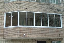 Балкон с кирпичным ограждением