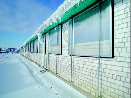 Сегодня поликарбонатные окна применяются для остекления разнообразных  построек.