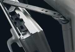 На многих алюминиевых окнах на фурнитуре присутствуют регулировочные узлы, что позволяет достигать высокой точности при регулировке.