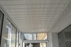 Отделка потолока балкона
