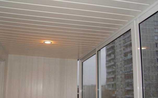 Отделка потолка и стен балкона сайдингом