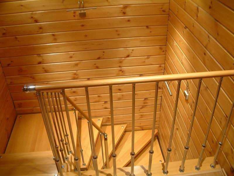 Деревянная вагонка вырабатывается из обрезной доски. С боковых поверхностей производится выборка четверти (фальцовка) или шпунта (шпунтовка) для лучшего сцепления и укладки покрытия.
