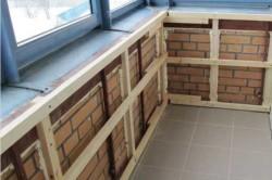 В монтаже балкона сначала устанавливается каркас-обрешетка из деревянных реек.