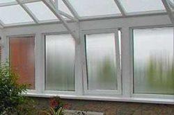 Поликрбонатное окно состоит из деревянного или металлопластикового каркаса, и вставленного в него поликарбоната.