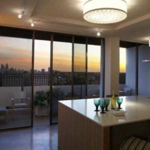 Раздвижные двери между балконом и кухней