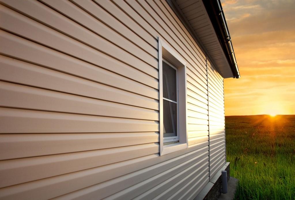 Сайдинг - это отличный негорючий строительный материал, подходящий как для облицовки стен зданий, так и для оформления откосов и углов.