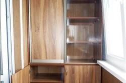 В торцах лоджии можно соорудить удобные шкафы