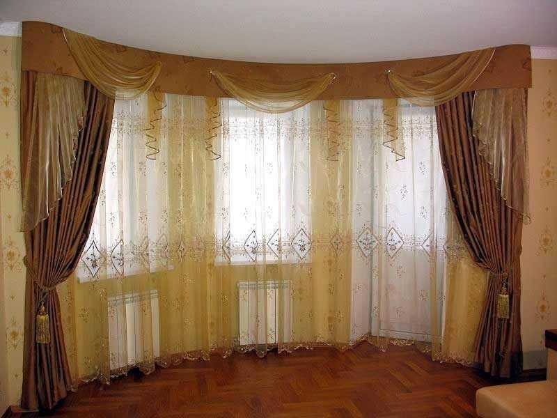 Шторы в классическом стиле для гостиной с лоджией