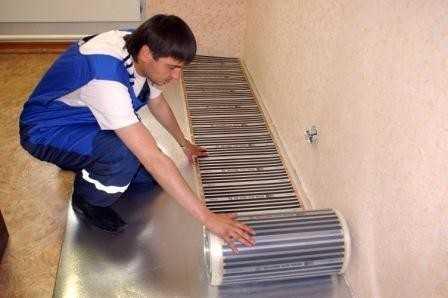 Разложите куски термопленки на слой теплоотражающего материала обязательно медной полосой вниз.