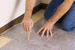 Поверхность, на которую будет производится укладка керамогранита или плитки, обязательно должна быть ровной, крепкой, без трещин и загрязнений, освобожденной от материалов, уменьшающих ее агдезивность. Слой штукатурки или шпатлевки не должен отслаиваться, поверхность не должна крошиться и осыпаться, на ней не допускается налет пыли.